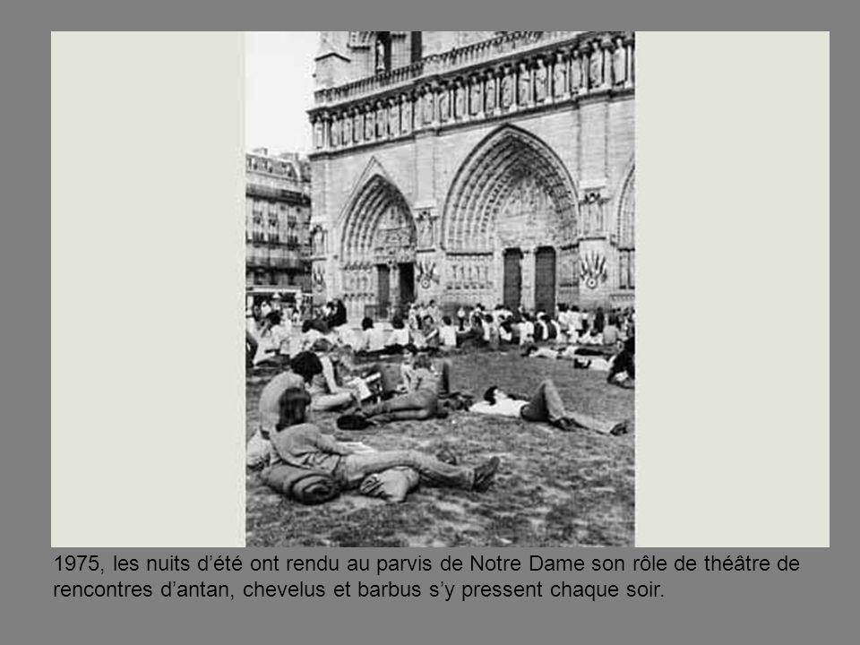 1975, les nuits dété ont rendu au parvis de Notre Dame son rôle de théâtre de rencontres dantan, chevelus et barbus sy pressent chaque soir.