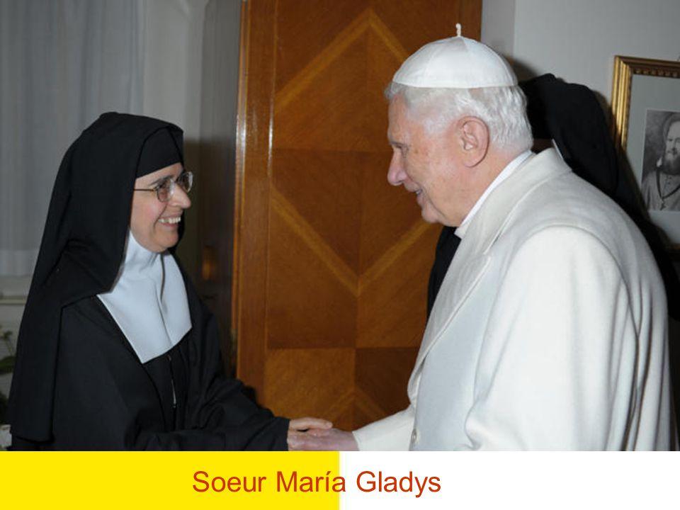 Le Saint Père entre dans la bibliothèque Buon giorno, buon giorno a tutti!