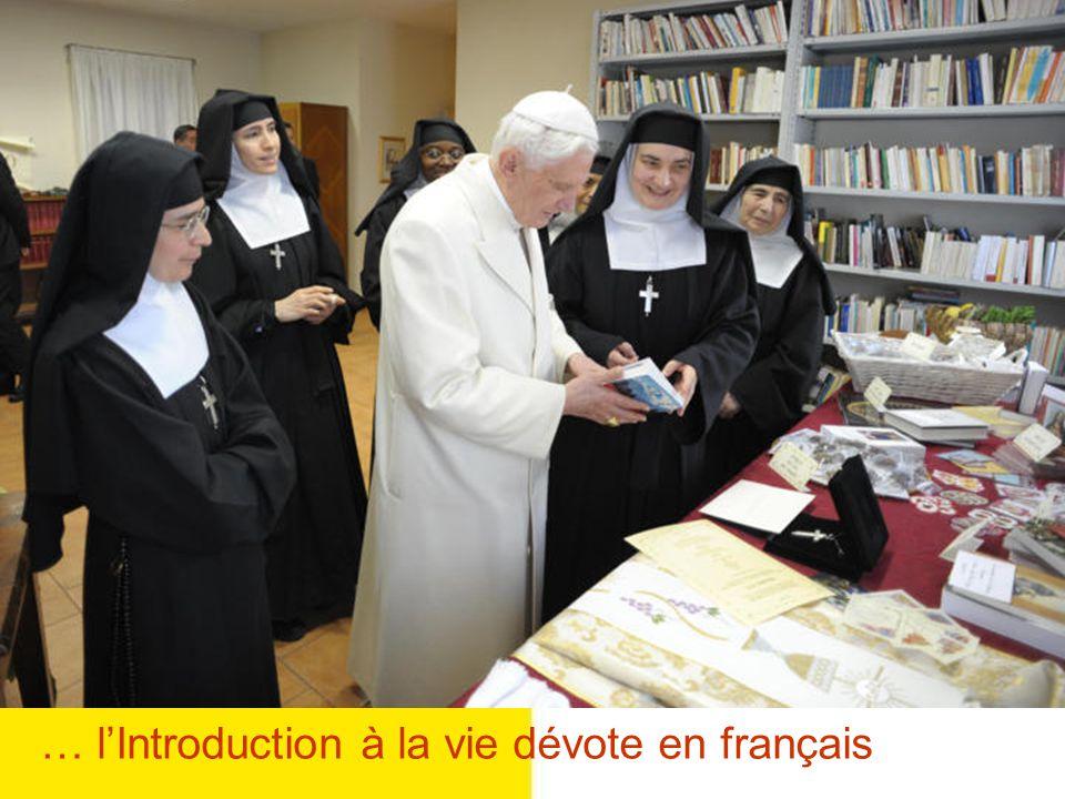 Le Pape regarde la Croix envoyée par le Monastère dAnnecy