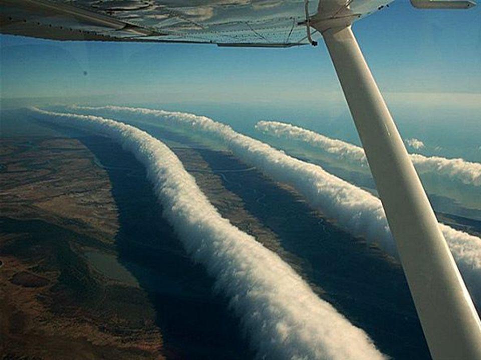 Parfois il y a plusieurs vagues et toujours alignées de l'est à l'ouest. La cause est un heurt des masses d'air de températures différentes.