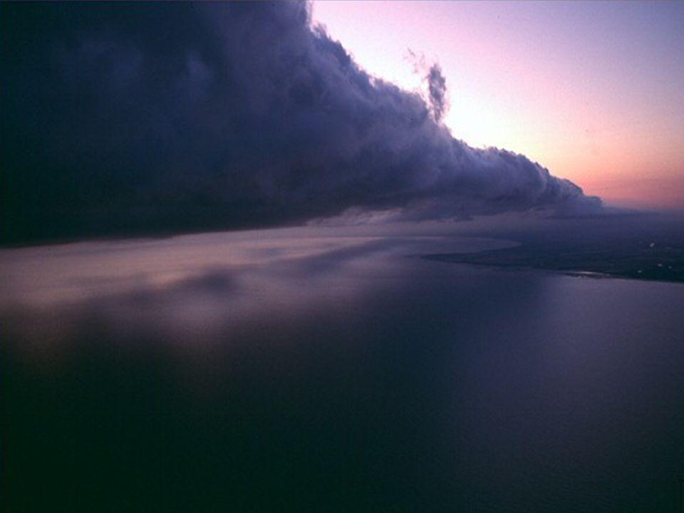 Aux premières heures du matin, une masse d'air chaude, moite, de la mer, glissent sur l'air plus frais qui est dans les couches supérieures. À la fin