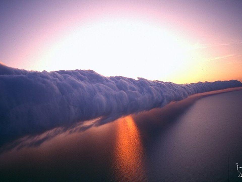 Dans le Golfe de Carpentaria, l'Australie du nord, entre septembre et novembre, un phénomène extraordinaire de beauté inégalée : le nuage de gloire du
