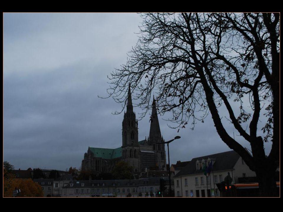 Grand lieu de pèlerinage, cette cathédrale Et ses tours dominent la ville de Chartres Et la plaine de la Beauce.