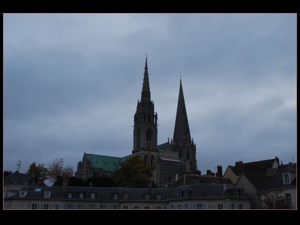 Elle est considérée comme La cathédrale gothique la plus Représentative, construite au XIII me siècle sur les ruines Dune précédente cathédrale Romane détruite lors dun Incendie En 1194