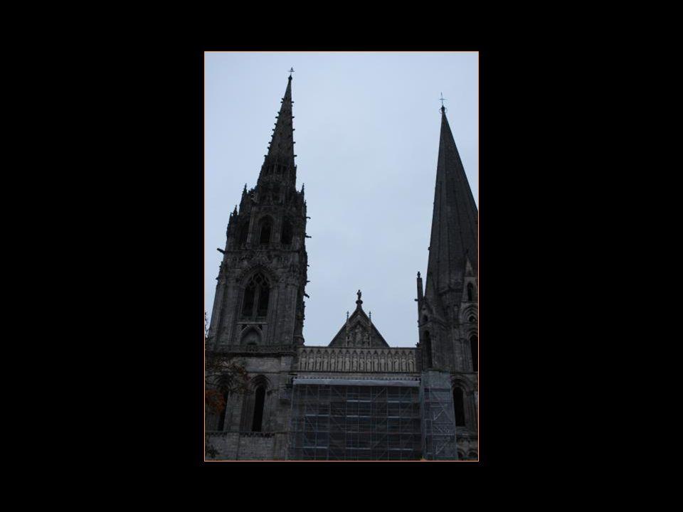 Cathédrale gothique de chartres. Les vitraux furent en place en 1240.