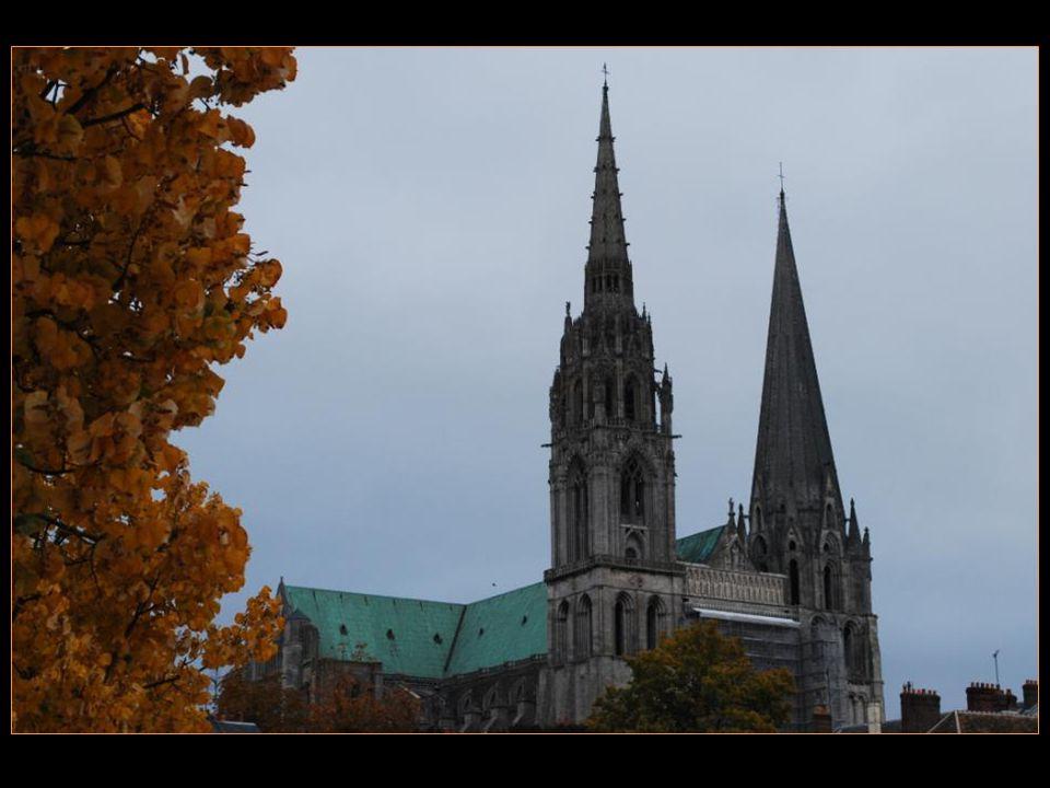 La cathédrale Notre-Dame de Chartres est le monument Emblématique de la préfecture Du département dEure-et-Loir Située à environ 80 km de Paris