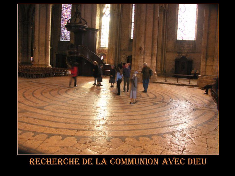 Le labyrinthe de chartres Permet à lhomme de partir Dans un voyage initiatique Virtuel, en recherchant les Traces de la manifestation Divine.