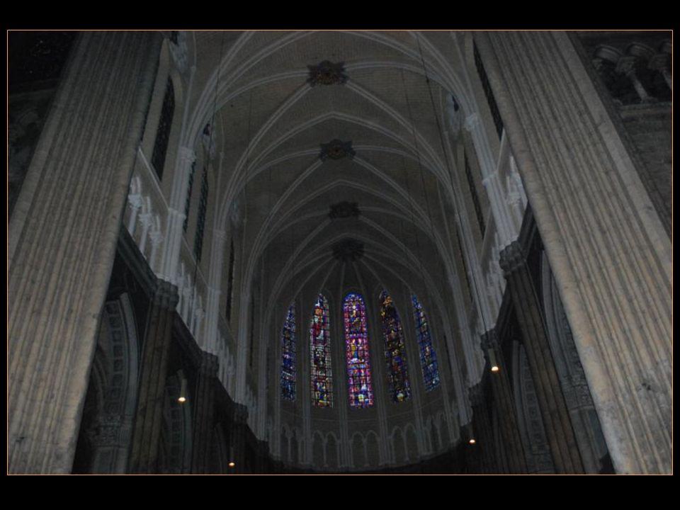 La cathédrale de ChaRTRES Possède Le plus important Ensemble Vitré du XIII me siècle, Notamment des Bleus cobalt inimitables, Dont le secret de fabrication Ne nous est pas parvenu