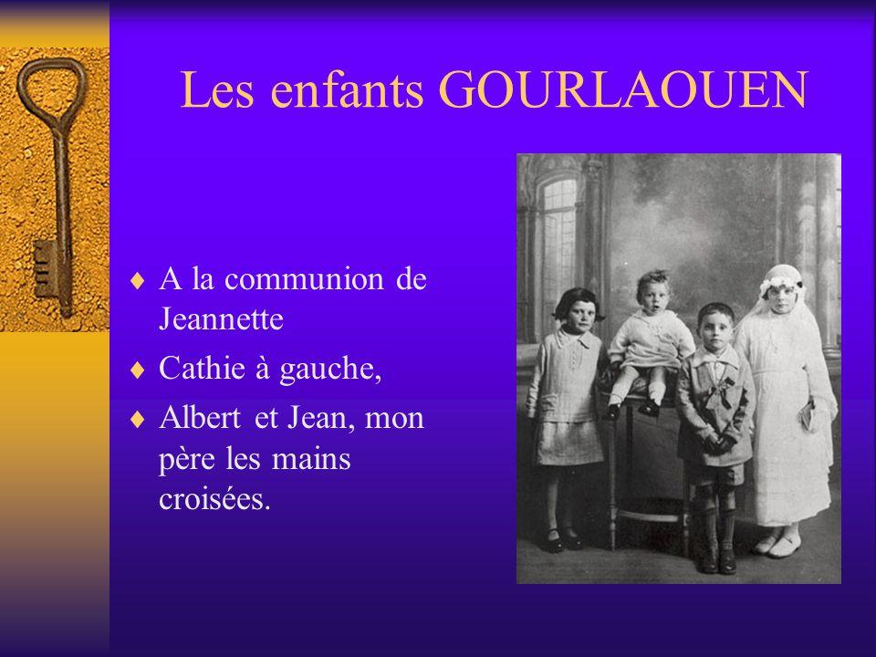 LA FAMILLE ENCORE… Marie avec des lunettes, Jeannette à sa droite, Grand-père et grand-mère Cathie à gauche, à genou,