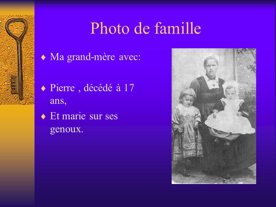 Photo de famille Ma grand-mère avec: Pierre, décédé à 17 ans, Et marie sur ses genoux.