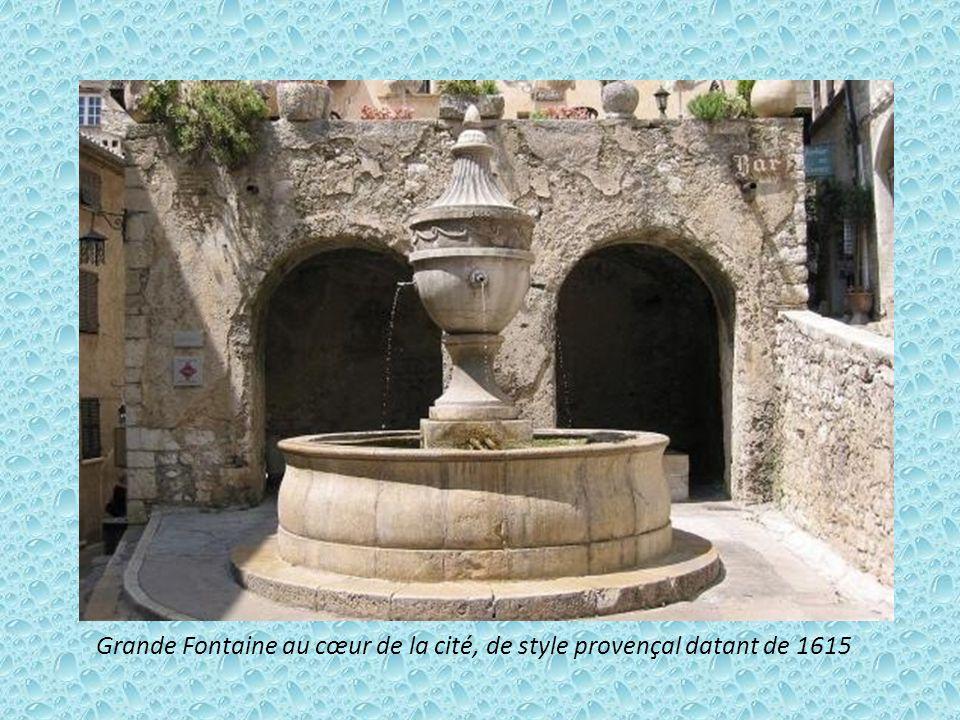 Grande Fontaine au cœur de la cité, de style provençal datant de 1615