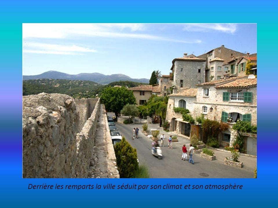 Donjon : Vestige du Château transformé en Mairie et le Pontis qui traverse la rue Grande (15° siècle)