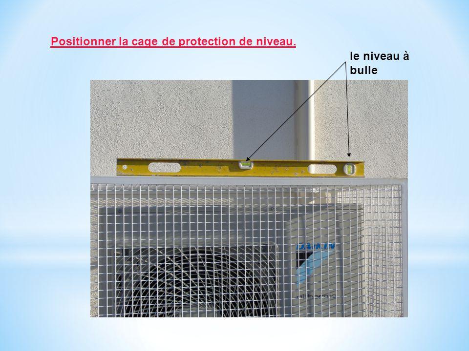 Positionner la cage de protection de niveau. le niveau à bulle