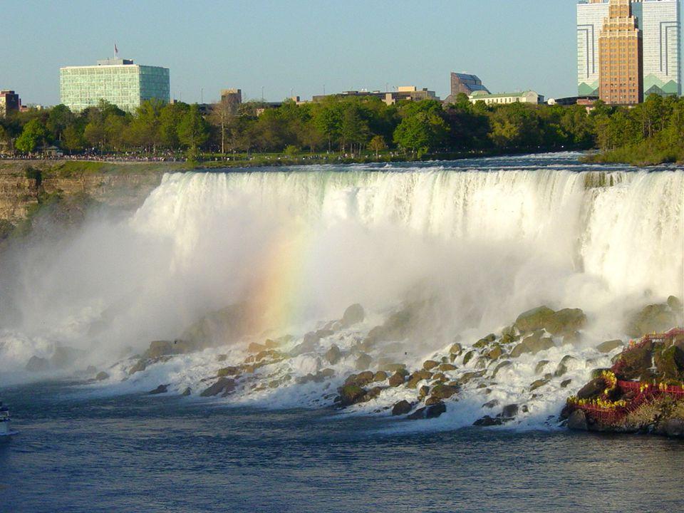 Les chutes du Niagara en 20 photos Arc en ciel dans la vapeur des chutes Américaines La vapeur des chutes Canadiennes monte droit au ciel