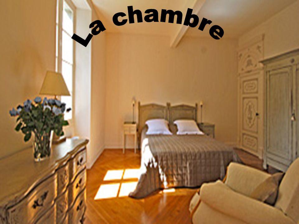 Dans la chambre il y a un double lit et un fauteuil aussi un placard et un armoire.