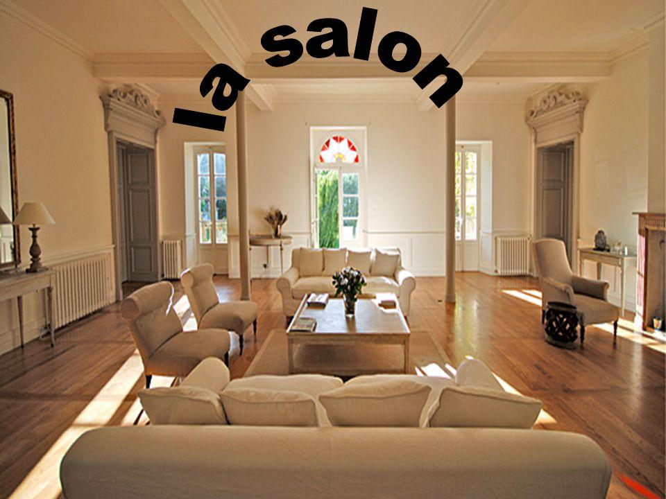 Dans la salon cinq chaise et ils sont trés comfortable. Télévision Placard