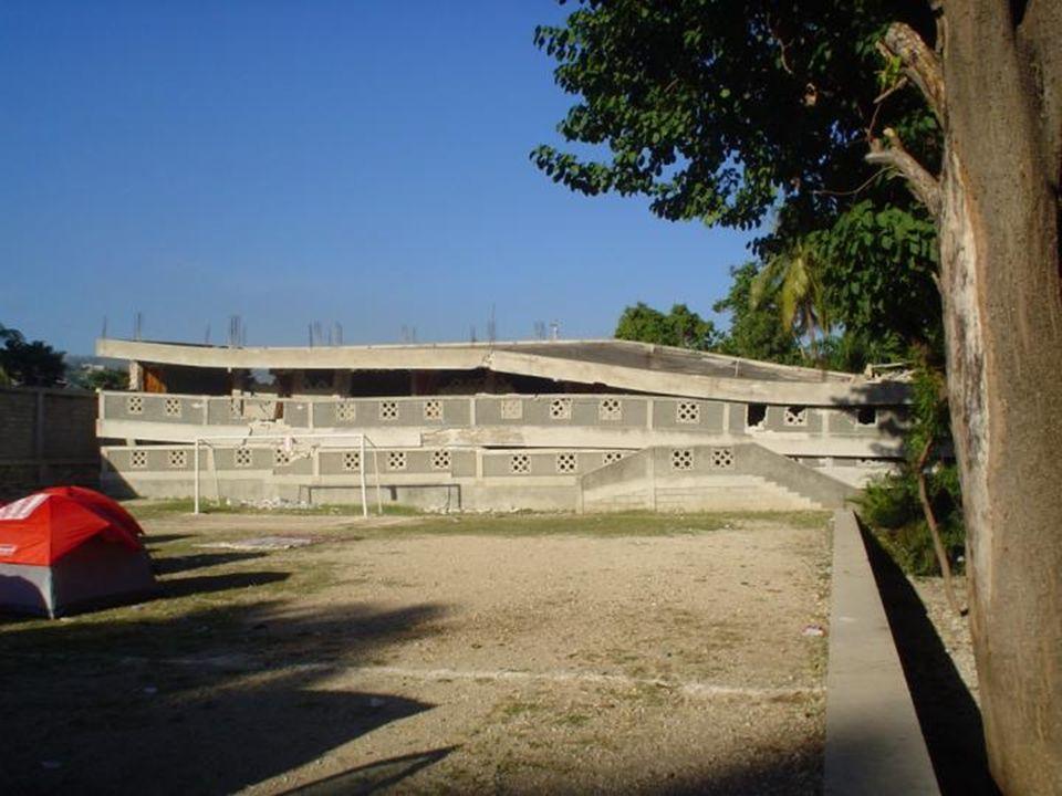 Photos de lEnsemble scolaire Père Basile-Moreau Bizoton 53 Le secondaire s'est effondré. Le bâtiment du primaire est sérieusement fissuré. Les murs so