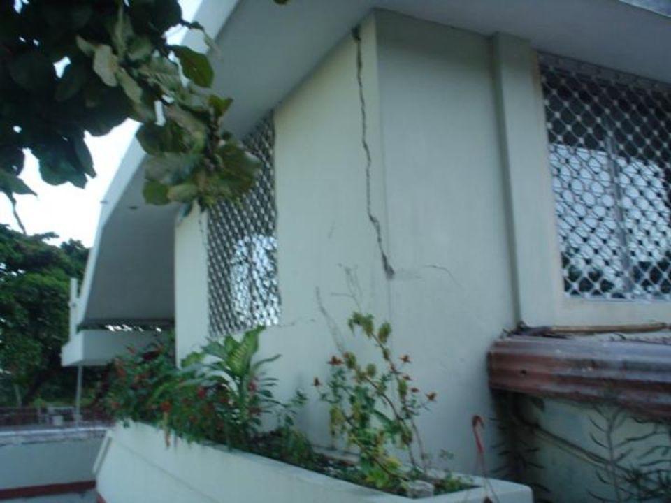 Photos du Scolasticat Basile-Moreau Bizoton 53 Le mur extérieur s'est effondré; la chapelle est fissurée. Les autres bâtiments ont résisté au choc. Un
