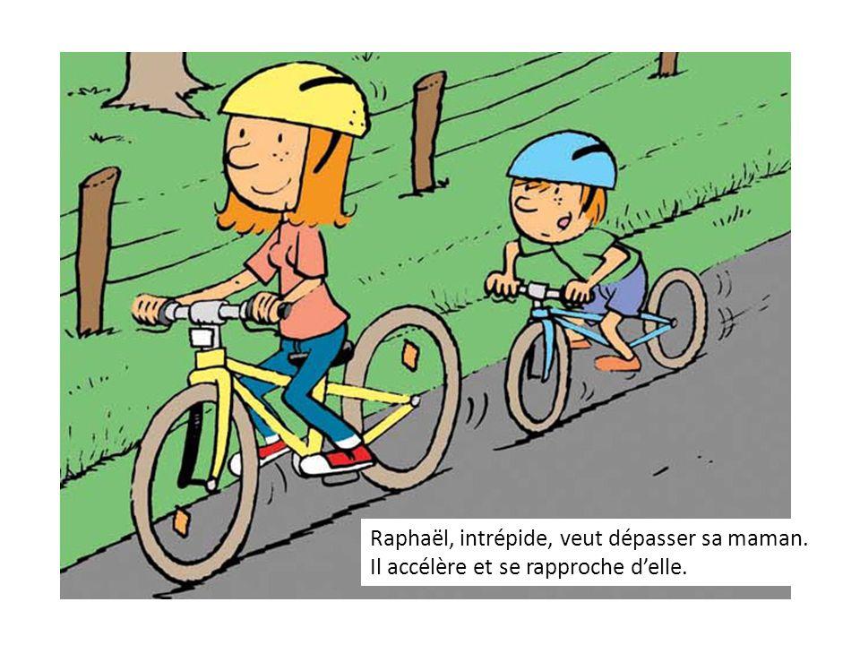 Raphaël, intrépide, veut dépasser sa maman. Il accélère et se rapproche delle.