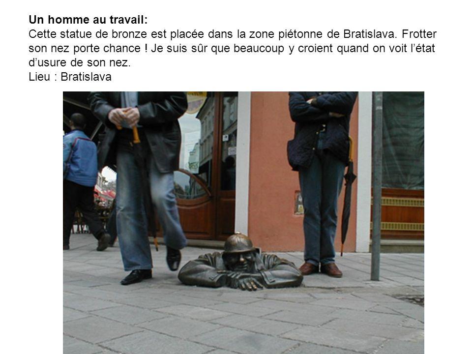 Le pouce: Lieu : Paris, près de lArche de la Défense