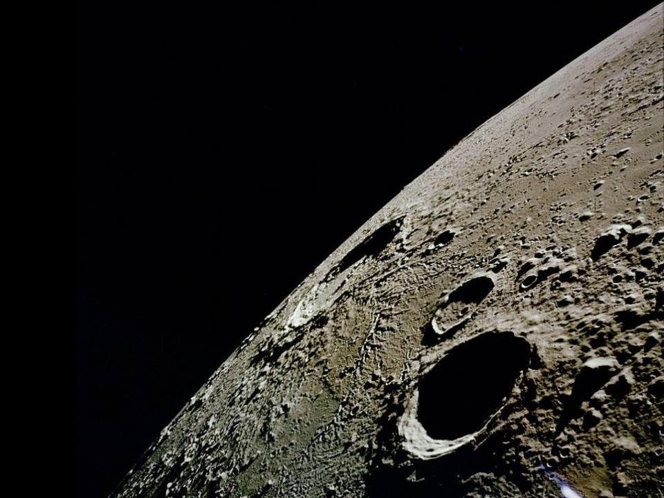 « La lune au jour est tiède et pâle Comme un joyeux convalescent; Tendre, elle ouvre ses yeux dopale Doù la douceur du ciel descend.