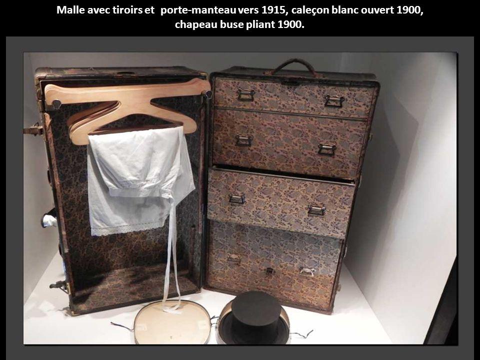 Malle avec tiroirs et porte-manteau vers 1915, caleçon blanc ouvert 1900, chapeau buse pliant 1900.