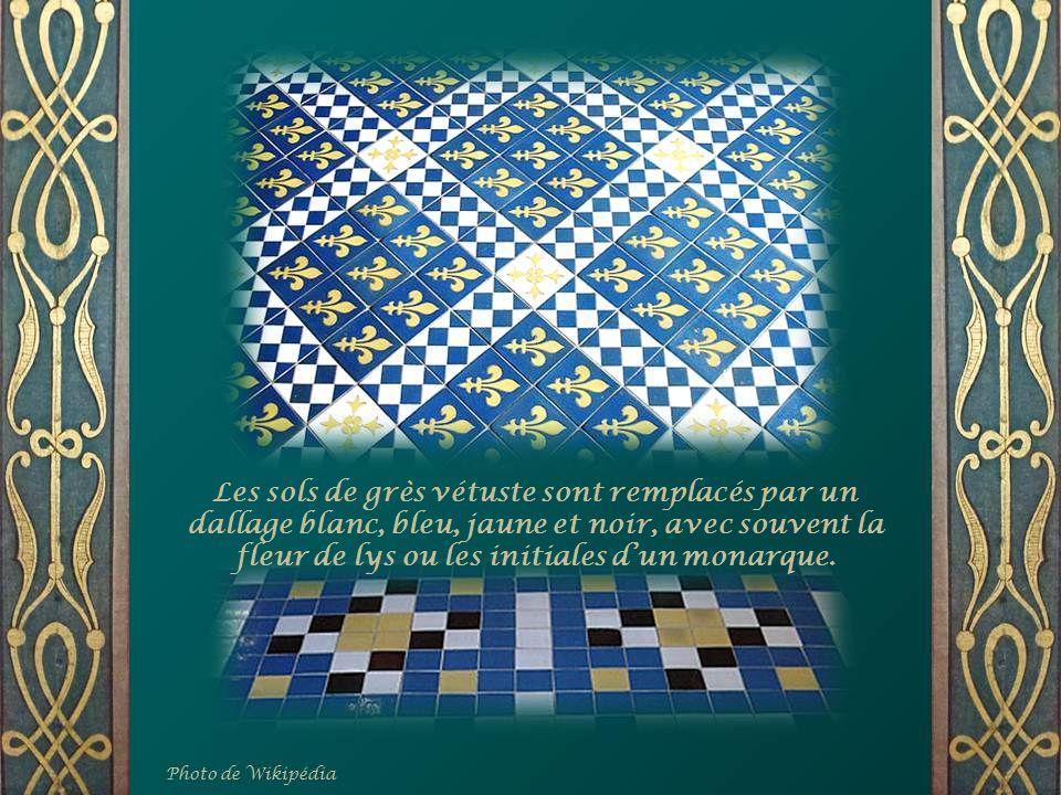 Les sols de grès vétuste sont remplacés par un dallage blanc, bleu, jaune et noir, avec souvent la fleur de lys ou les initiales dun monarque.