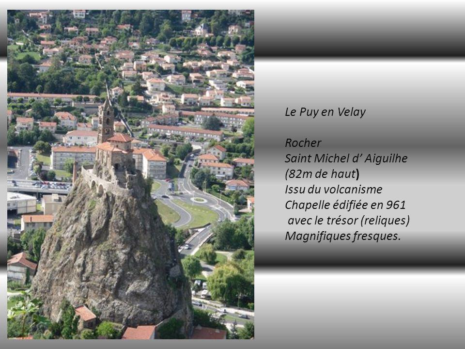 Depuis le rocher de la Vierge Vue sur la Cathédrale, une église et, la ville du PUY en Velay