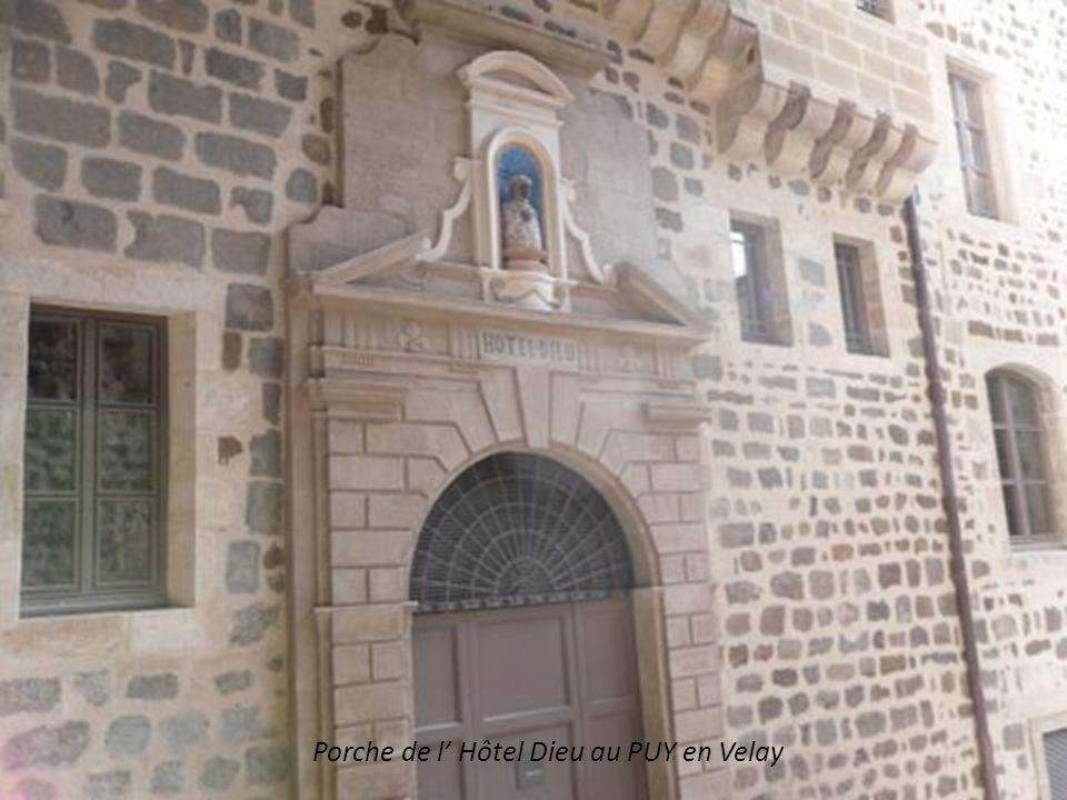 Le Puy en Velay Rocher Saint Michel d Aiguilhe (82m de haut) Issu du volcanisme Chapelle édifiée en 961 avec le trésor (reliques) Magnifiques fresques.