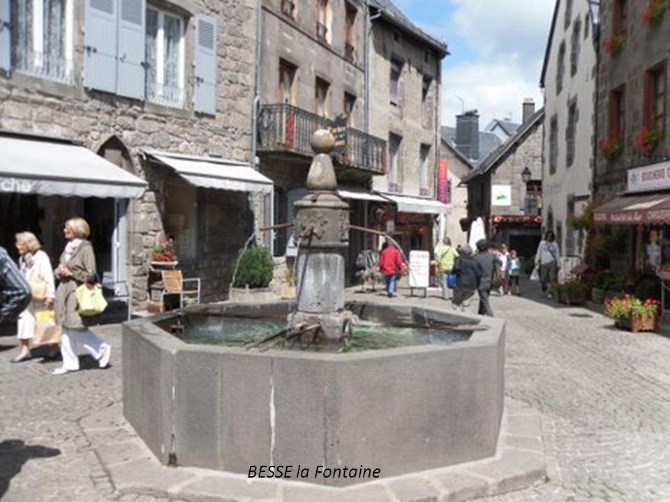 BESSE et St Anastaise Le Beffroi 15° siècle Village médiéval aux édifices en pierre de lave.