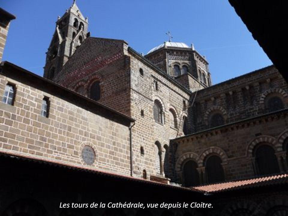 Le Cloitre Edifié au XI et XII°. Chapiteaux. Arcades plein cintre.