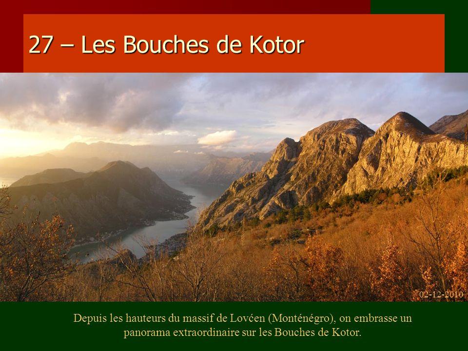27 – Les Bouches de Kotor Depuis les hauteurs du massif de Lovćen (Monténégro), on embrasse un panorama extraordinaire sur les Bouches de Kotor. 02-12