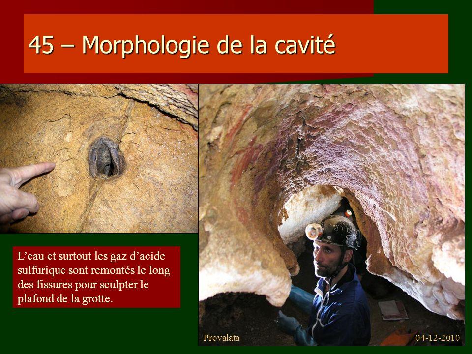 45 – Morphologie de la cavité Leau et surtout les gaz dacide sulfurique sont remontés le long des fissures pour sculpter le plafond de la grotte. 04-1
