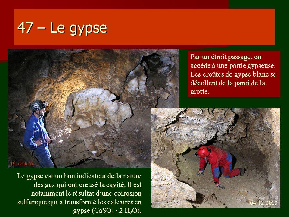47 – Le gypse Par un étroit passage, on accède à une partie gypseuse. Les croûtes de gypse blanc se décollent de la paroi de la grotte. Le gypse est u