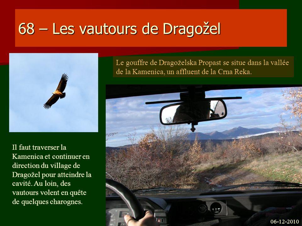 68 – Les vautours de Dragožel Il faut traverser la Kamenica et continuer en direction du village de Dragožel pour atteindre la cavité. Au loin, des va