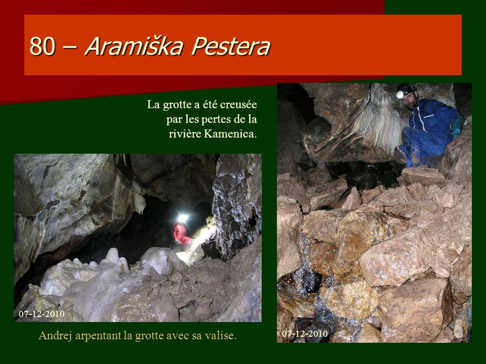 80 – Aramiška Pestera La grotte a été creusée par les pertes de la rivière Kamenica. 07-12-2010 Andrej arpentant la grotte avec sa valise.