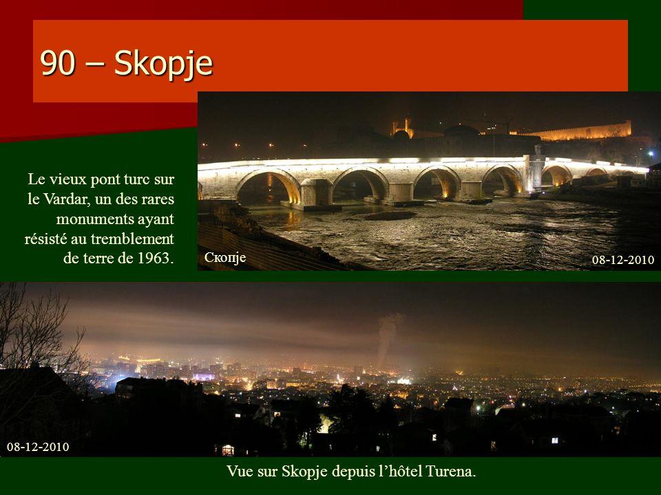 90 – Skopje Vue sur Skopje depuis lhôtel Turena. Le vieux pont turc sur le Vardar, un des rares monuments ayant résisté au tremblement de terre de 196