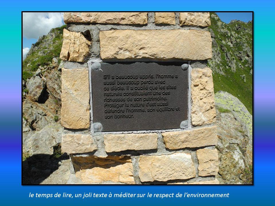 au sommet du col, une borne et un panorama splendide à 360°