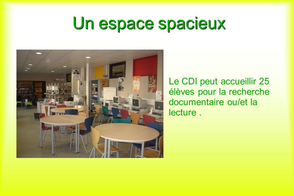 Un espace spacieux Le CDI peut accueillir 25 élèves pour la recherche documentaire ou/et la lecture.