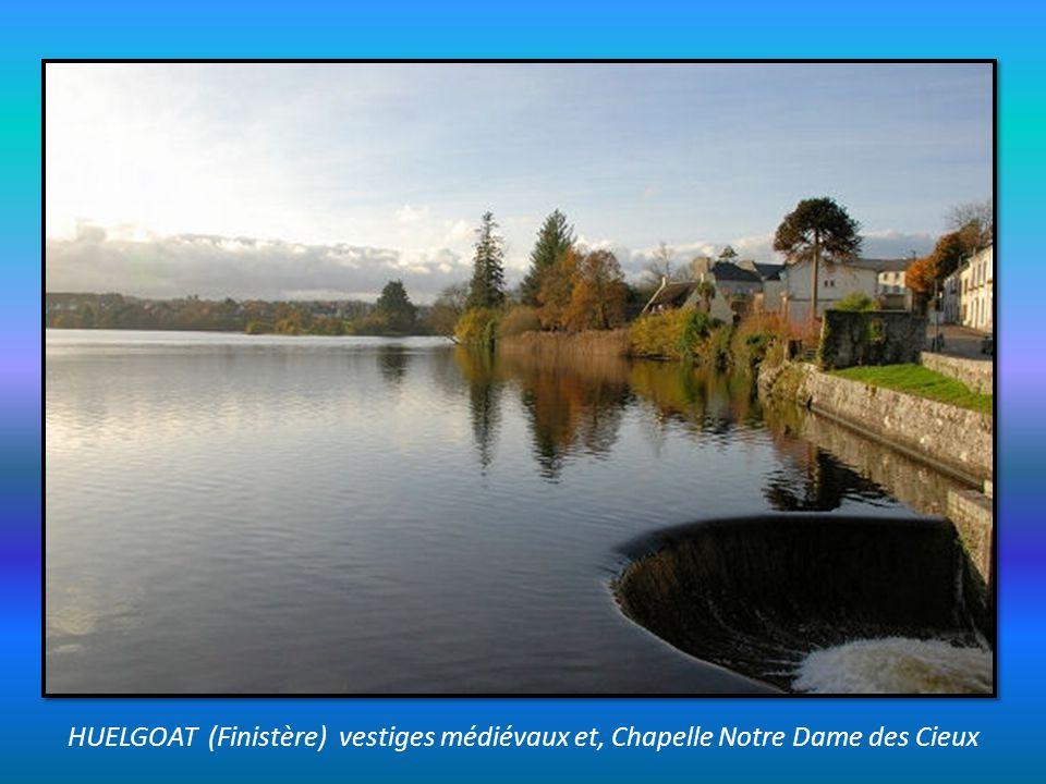 GUERLESQUIN (Finistère) cité médiévale, demeures en granit et, église Saint Ténéan