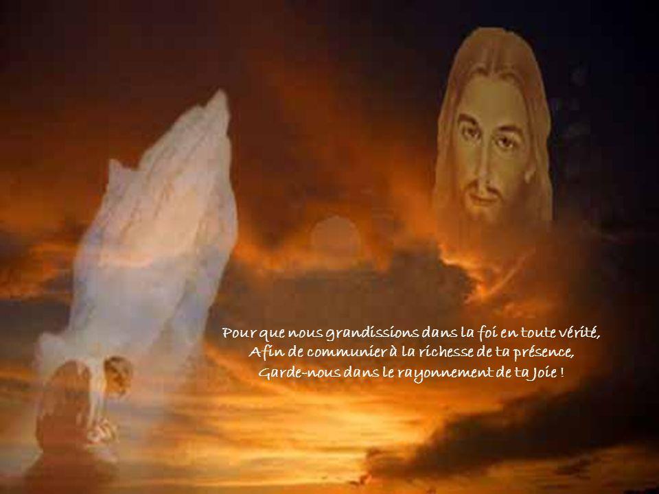 Père, comme Jésus, ton Fils, nous aussi, Les yeux fixés au ciel, nous tadressons notre prière : Pour que nous demeurions attachés à ta Parole, Afin de