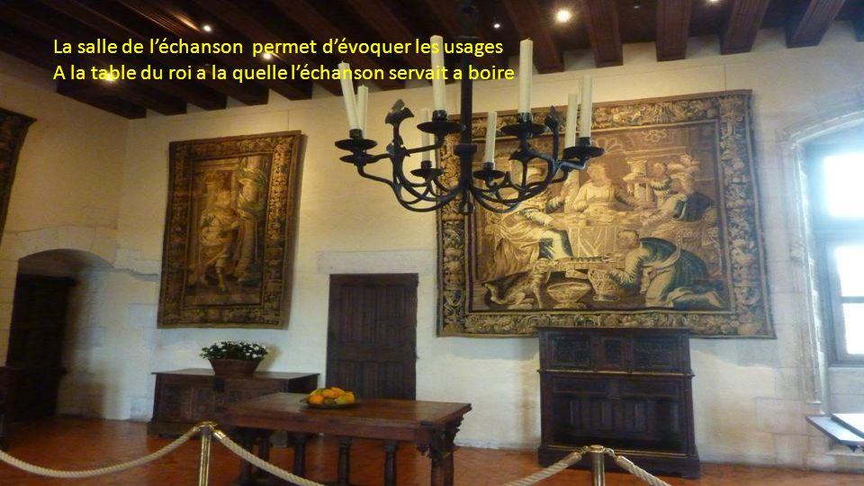 La salle de conseil Trône orné dun dais fleurdelisé Cheminée tradition gothique emblème de Charles VIII