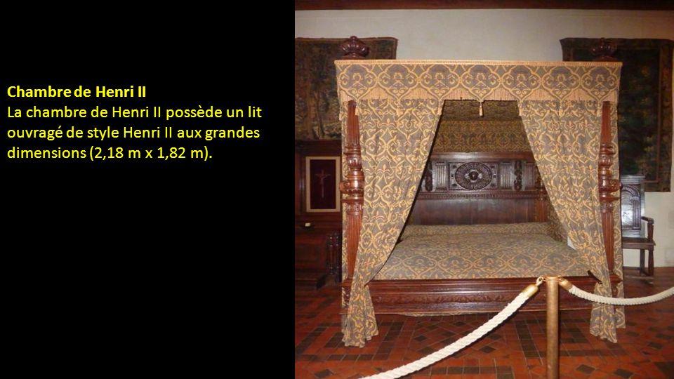 La salle de léchanson permet dévoquer les usages A la table du roi a la quelle léchanson servait a boire