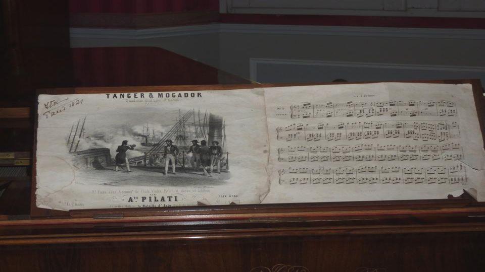 Salon de musique Le mobilier de ce vaste salon de musique se compose notamment d'un piano à queue Érard en placage de palissandre de Rio du XIX e sièc
