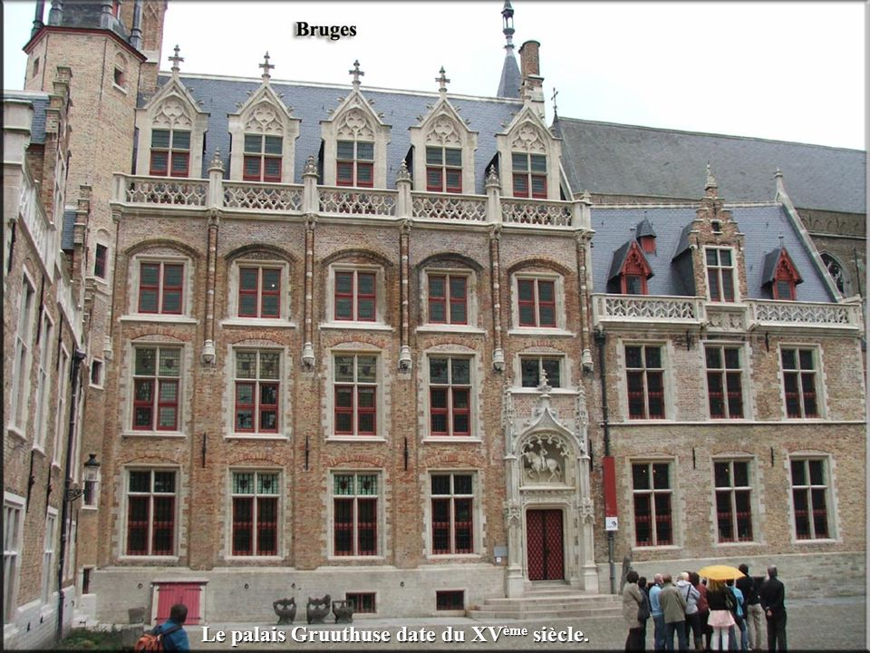 Les halles datent de 1240. Elles forment un édifice de 84 m de long sur 45 m de large.