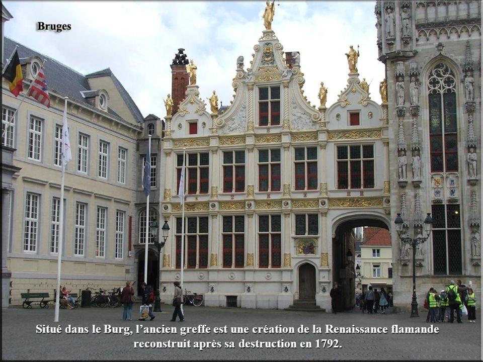 Situé dans le Burg, lancien greffe est une création de la Renaissance flamande reconstruit après sa destruction en 1792.