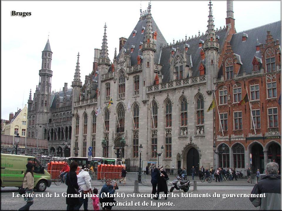 Le côté est de la Grand place (Markt) est occupé par les bâtiments du gouvernement provincial et de la poste.