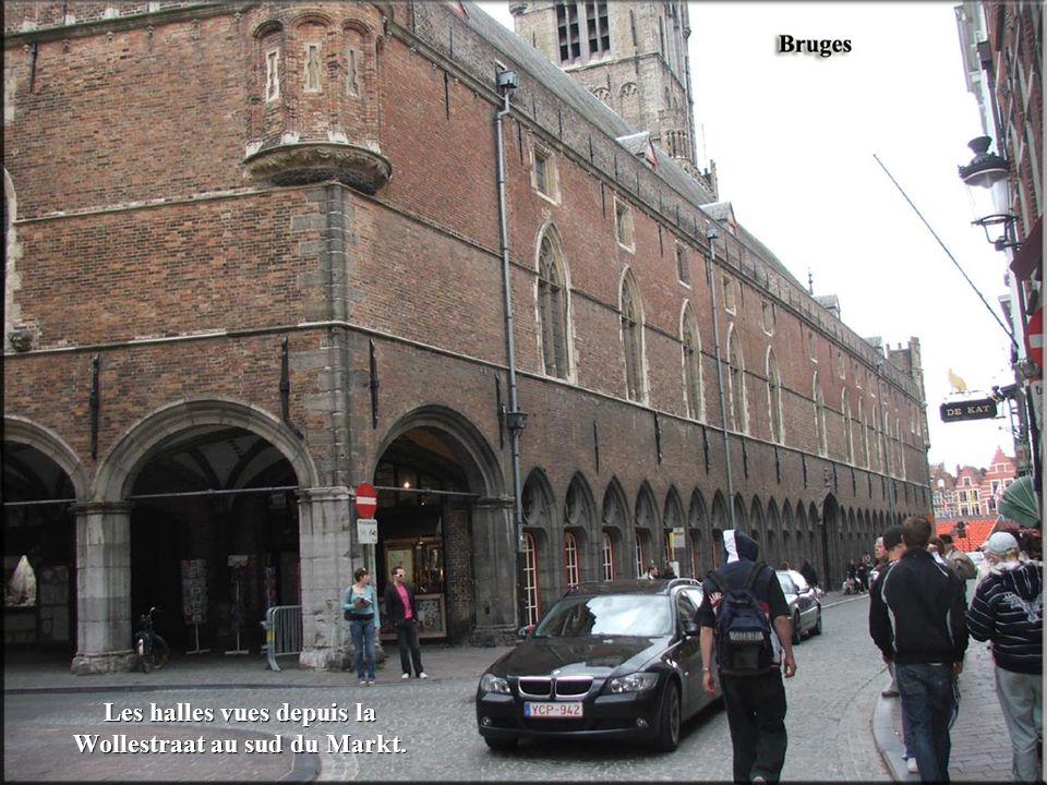 Les halles vues depuis la Wollestraat au sud du Markt.