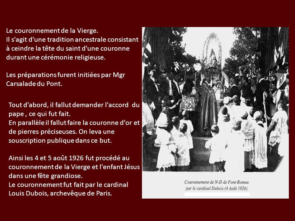 Le couronnement de la Vierge. Il s'agit d'une tradition ancestrale consistant à ceindre la tête du saint d'une couronne durant une cérémonie religieus