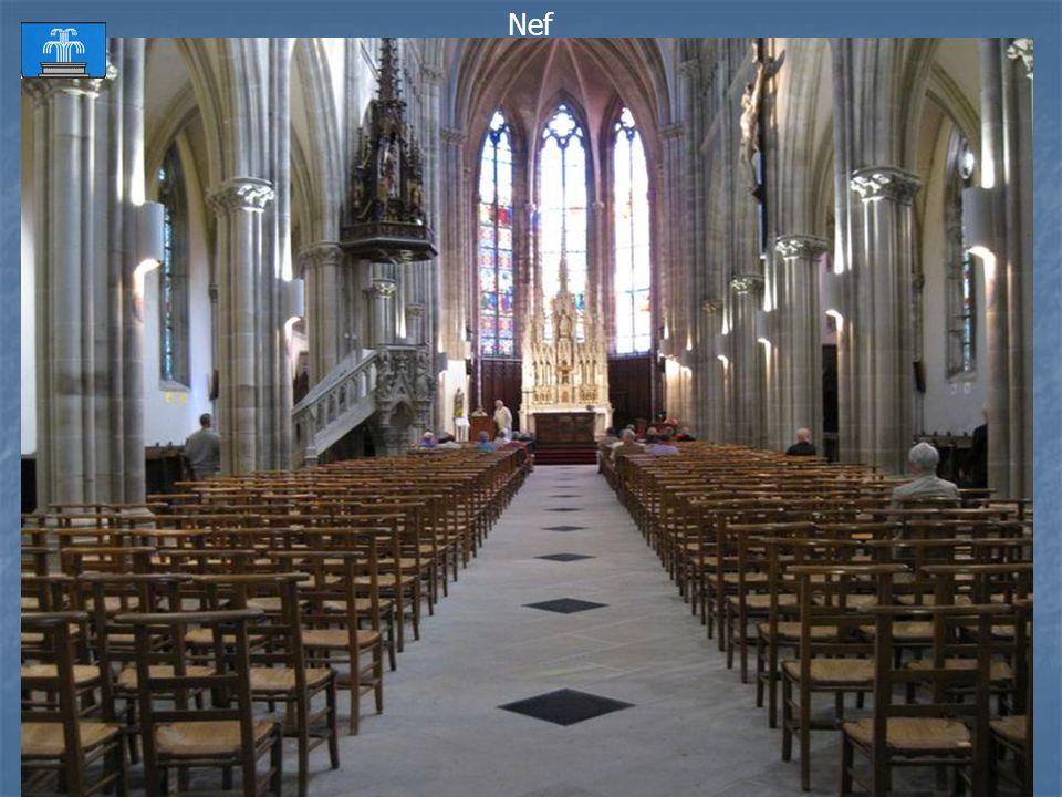 Vaste église néo-gothique, construite de 1858 à 1863, grâce à la générosité de lempereur Napoléon III qui vint à plusieurs reprises à Plombières Autel
